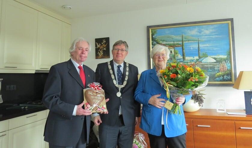 Burgemeester Rensen kwam het bruidspaar namens de gemeente Brielle feliciteren