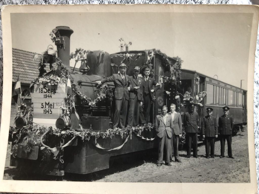 Het trammetje met op de locomotief helemaal rechts, Simon Schipper en Sarie op de achtergrond hangend uit het raam Foto: MdN © BrielsNieuwsland.nl