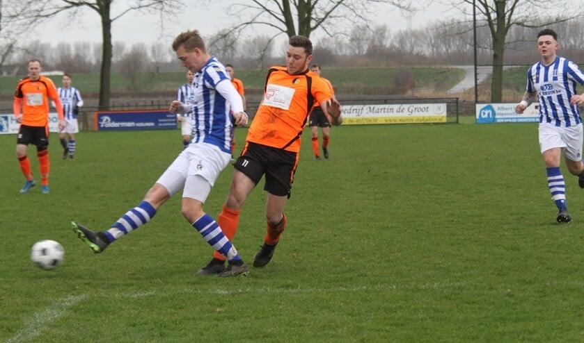 Sven Groenenboom, hier in duel met Corné Lemmens van Zwartewaal, scoorde drie keer voor Rockanje. (Foto: Wil van Balen).