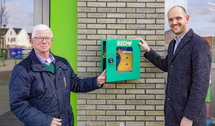 De AED hangt nu naast de ingang van de school.