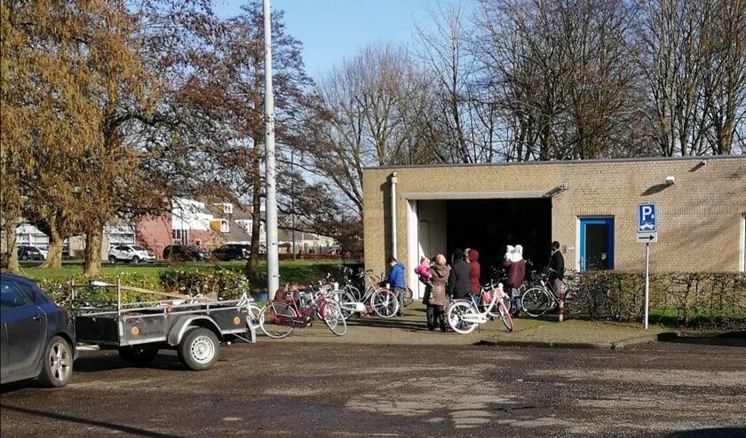 De Fietsbank is altijd op zoek naar gebruikte fietsen en handige handen om een handje te helpen.