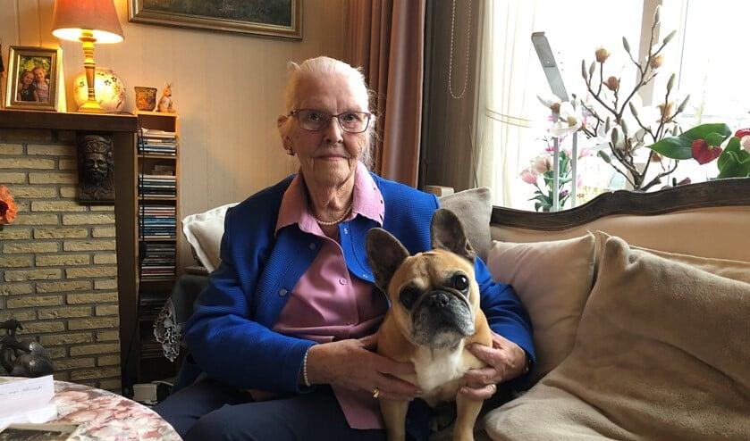 Sarie van Vliet-Schipper met haar trouwe huisgenoot Bubbles