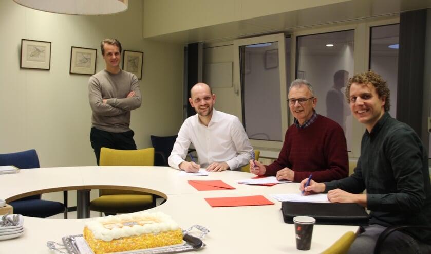 Wethouders Struijk en Hamerslag bekrachtigen de afspraken met Jeugdfonds Sport & Cultuur Zuid-Holland en Stichting Leergeld Voorne-Putten.