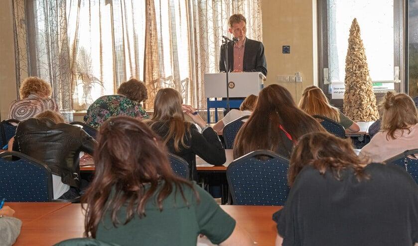 Vorig jaar werd het dertiende Groot Dictee van Voorne-Putten-Rozenburg voorgelezen door Westvoornes wethouder Wilbert Borgonjen (Archieffoto: Jos Uijtdehaage)