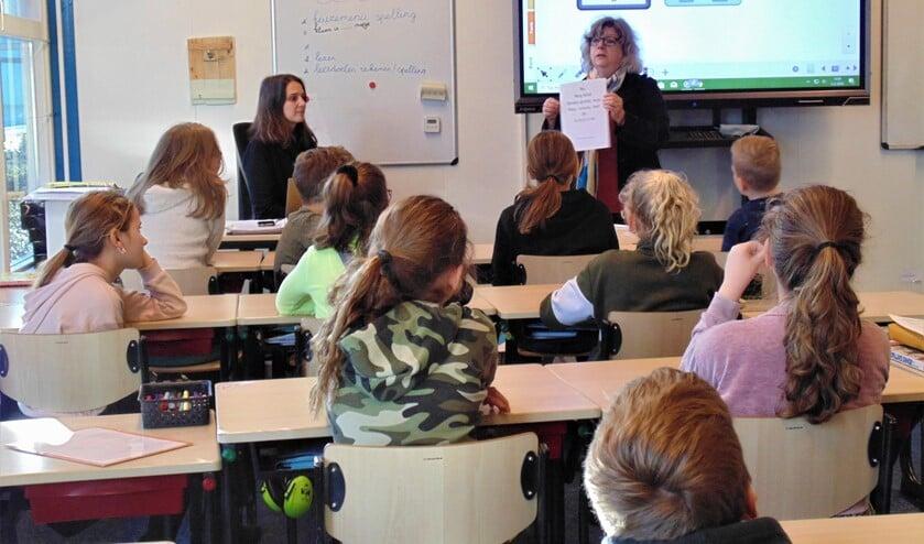Leerlingen en juf op De Nobelaer luisteren aandachtig naar Catherine van Vliet. Foto: Cora de Boed