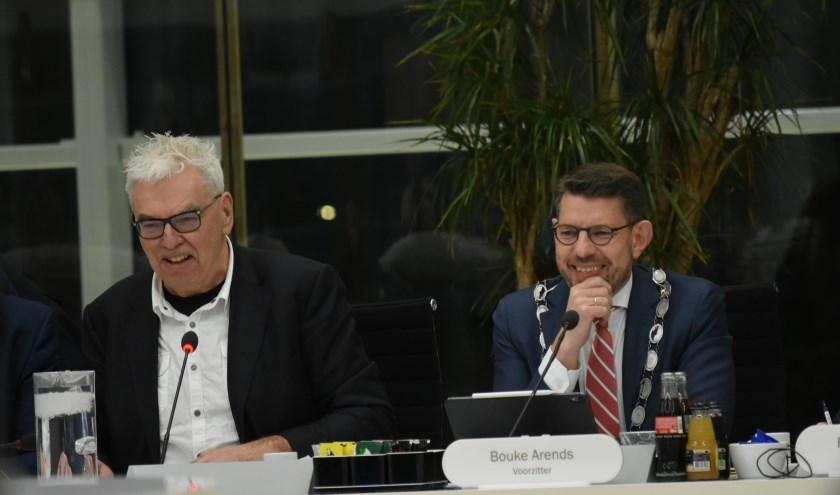 Aan het begin van de vergadering was er nog een lach op het gezicht van Peter Duijsens (l) te zien, maar het afschieten van het initiatiefvoorstel stemde hem later die avond toch vooral verdrietig.