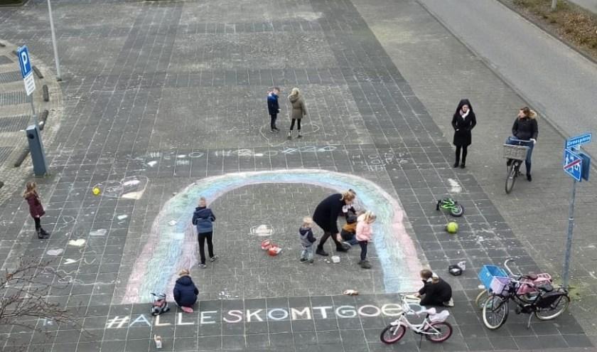 Kinderen uit Naaldwijk maakten een straattekening met een hoopvolle boodschap. Met elkaar houden we de moed erin. (Foto: PR)