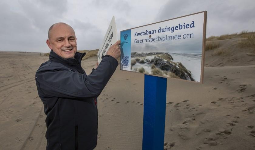 Hoogheemraad Peter Ouwendijk onthult de nieuwe bebording. Foto: (Thierry Schut)