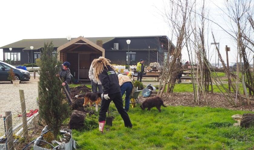 Bij de Buutenplaets zijn de bomen welkom want een voormalig schapenweitje moet groeien naar een heuse natuurspeelplaats.