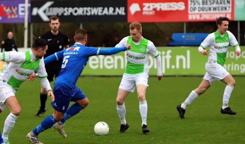 Daan Bourgonje maakte vanaf afstand de winnende treffer voor Spijkenisse in het duel met Rijsoord, dat met 2-1 werd gewonnen. Fotografie: Peter de Jong