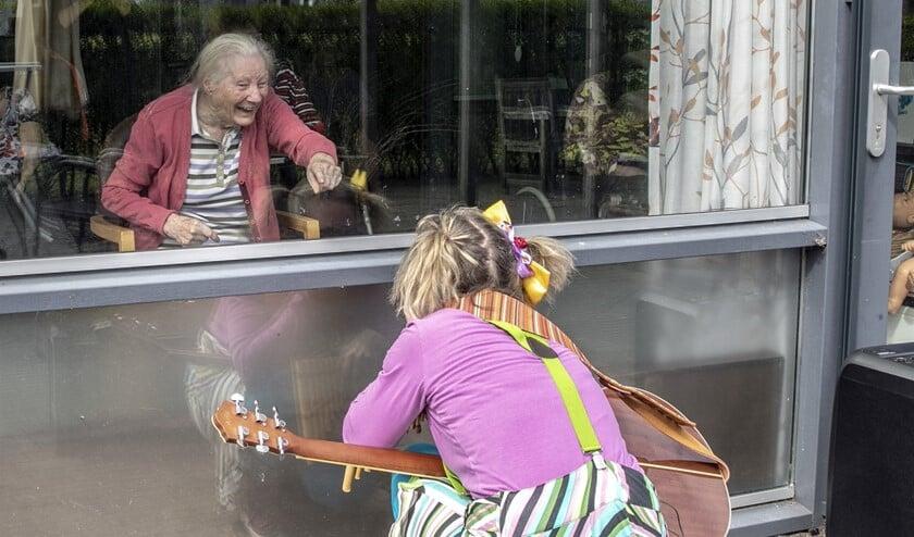 Een raamvoorstelling is een fijne afleiding voor de bewoners.