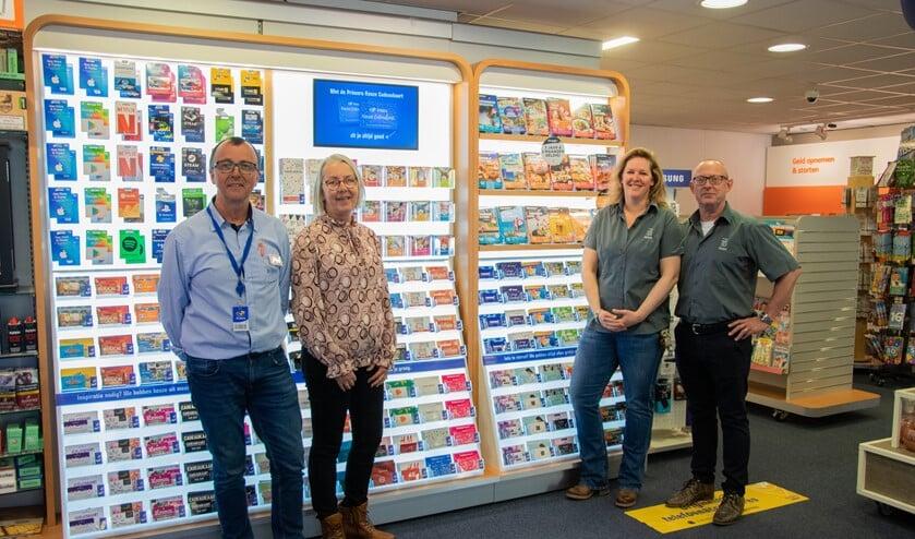 Netjes op anderhalve meter afstand vertellen Kees, Krijna, Heleen en Jasper over de overname van de winkel.  Foto: Sam Fish