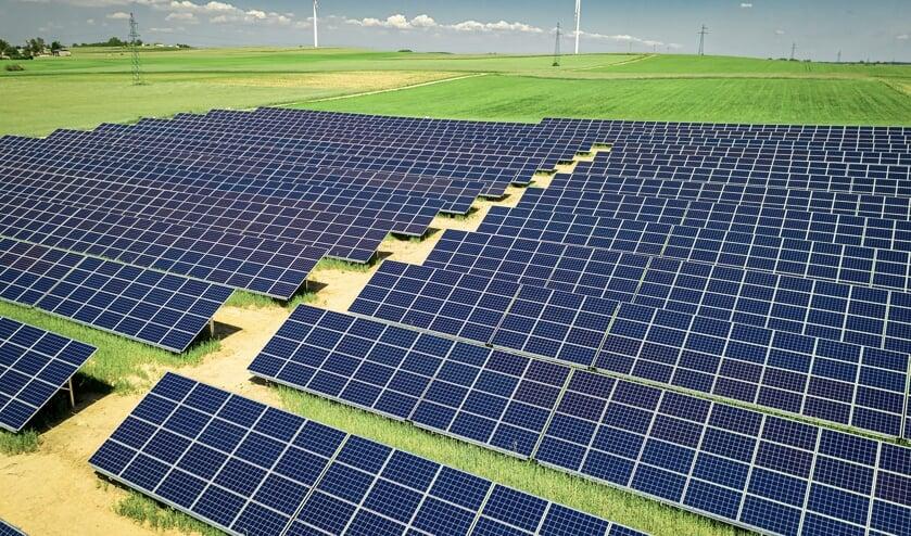 In sommige landen zijn grote velen met zonnepanelen te vinden.