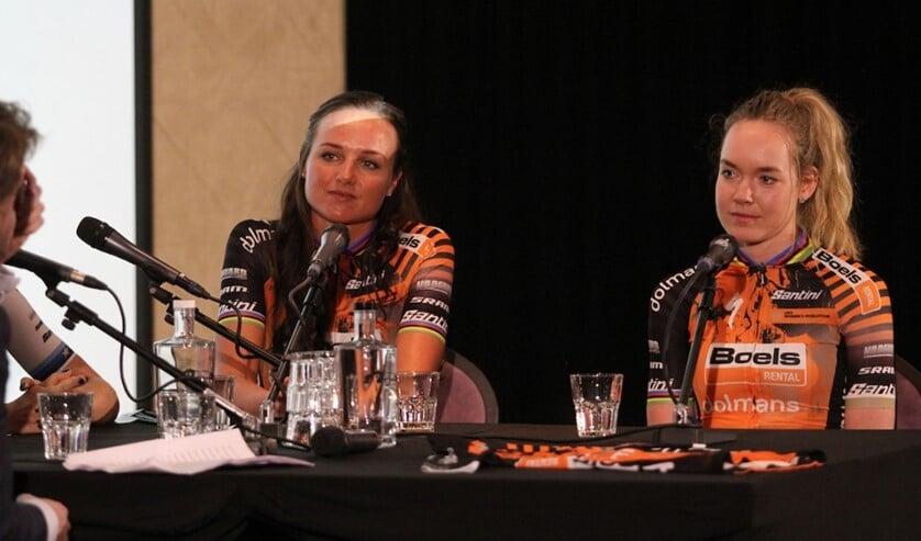 Chantal Blaak en Anna van der Breggen tijdens de teampresentatie.