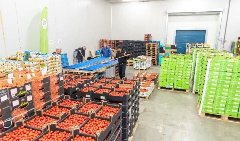 Vrijwilligers van de Groente & Fruitbrigade aan het werk in het distributiecentrum te Poeldijk.