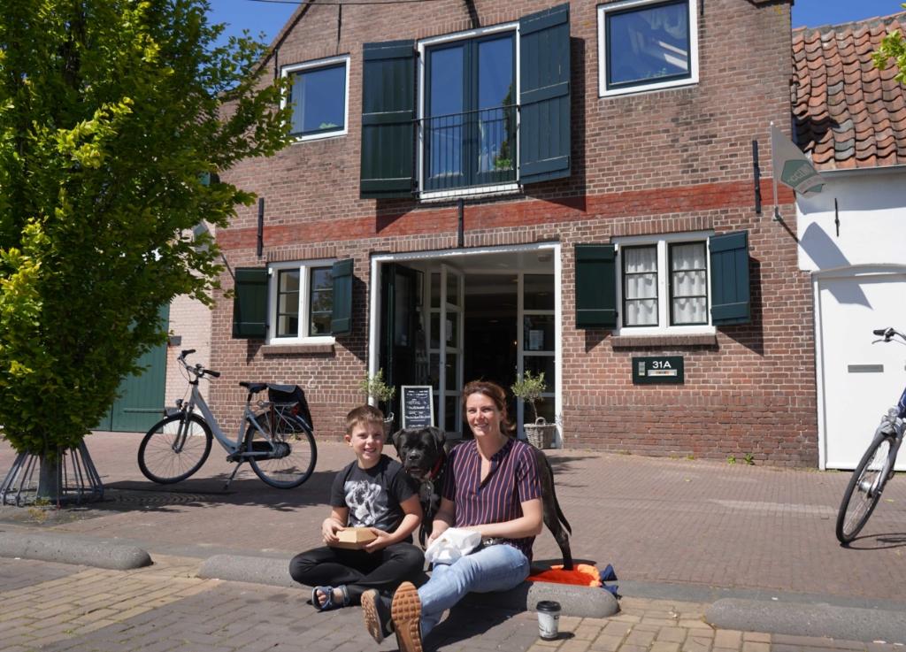 Het was maandag in het zonnetje best goed zitten op de 'varkensruggen' op de Turfkade, zeker met de hond tussen je in, maar als er binnenkort weer terrasstoelen en tafels staan, is dat natuurlijk nog leuker.   © BrielsNieuwsland.nl