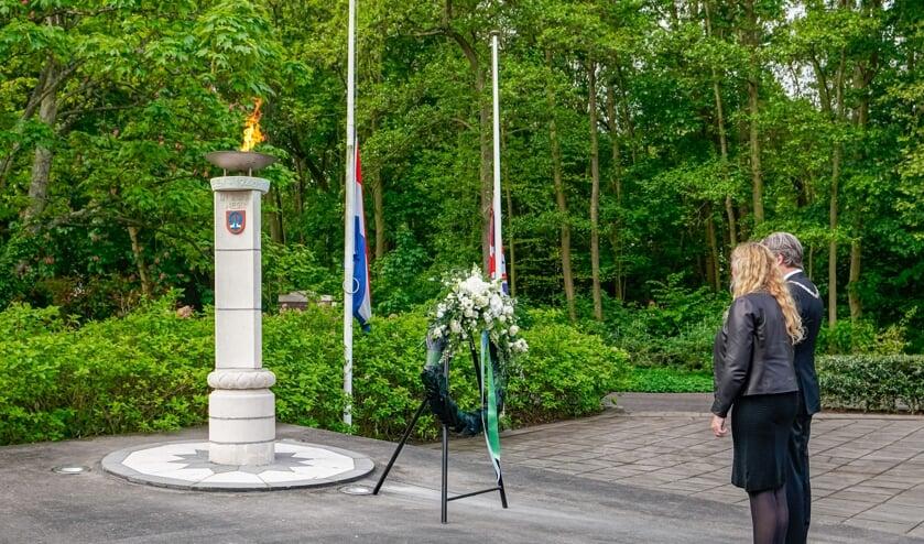 De kranslegging bij het monument aan de Vredehofstraat.