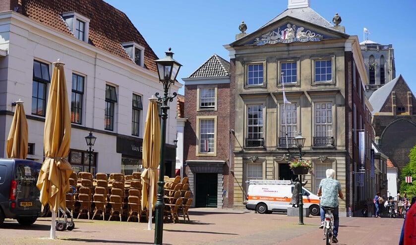 Op de markt staan de terrasstoelen al klaar