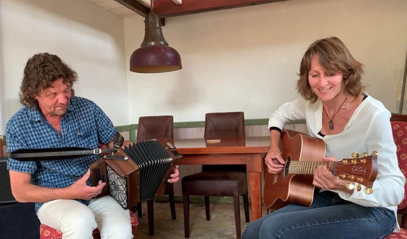 René en Jacqueline van The Land of Song