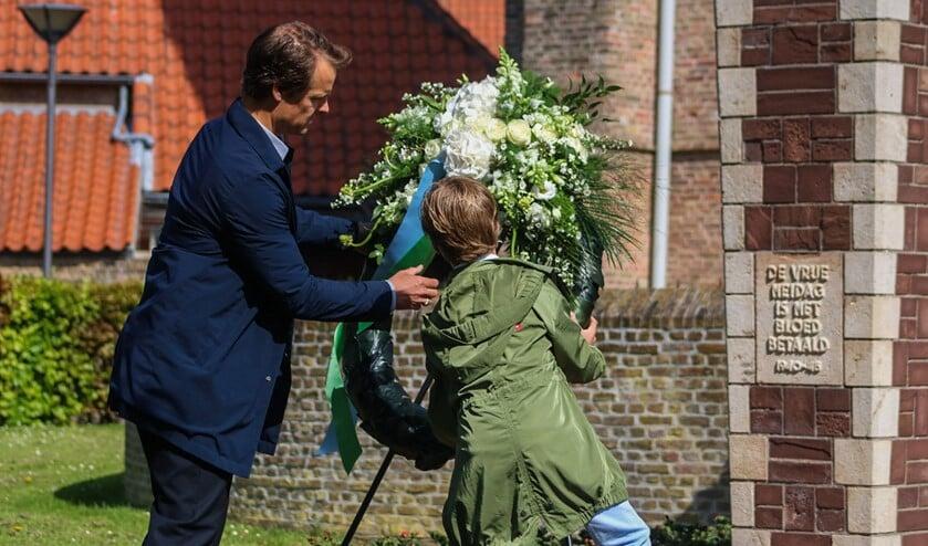 Wethouder Hamerslag en zijn zoon lagen een krans in Zuidland. Fotografie: Martijn de Bruijn/ Jolanda Voogd.
