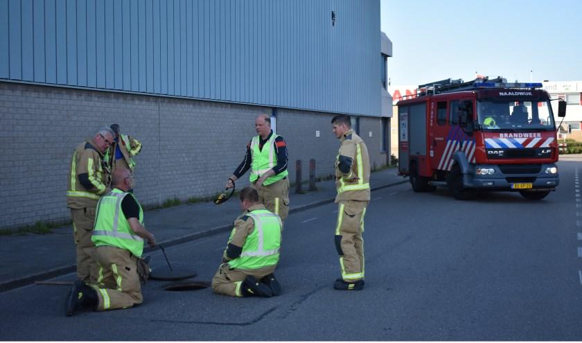 Brandweerlieden gingen op onderzoek uit naar de oorzaak van de vreemde geur.