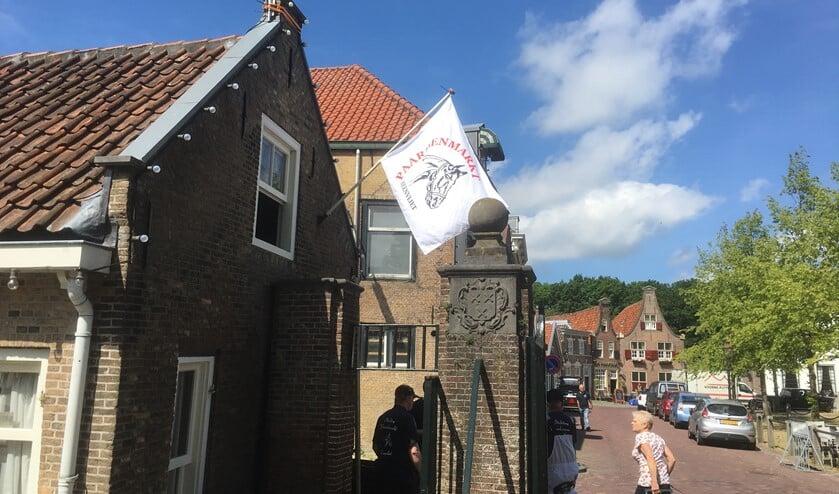 Met de vlag is er toch een beetje Paardenmarkt in Heenvliet.