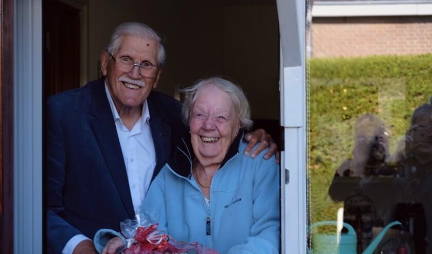 Felicitaties, bloemen en chocolade voor het 60-jarig bruidspaar, maar dan wel netjes op afstand!