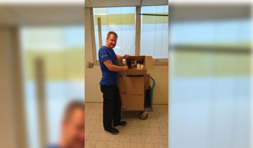 Een medewerker van Ipse de Bruggen met het pakket. Foto: Ipse de Bruggen