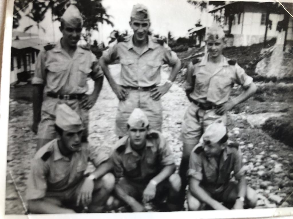 Aart Oudwater (links op de foto) in Nieuw-Guinea  © WeekbladWestvoorne.nl