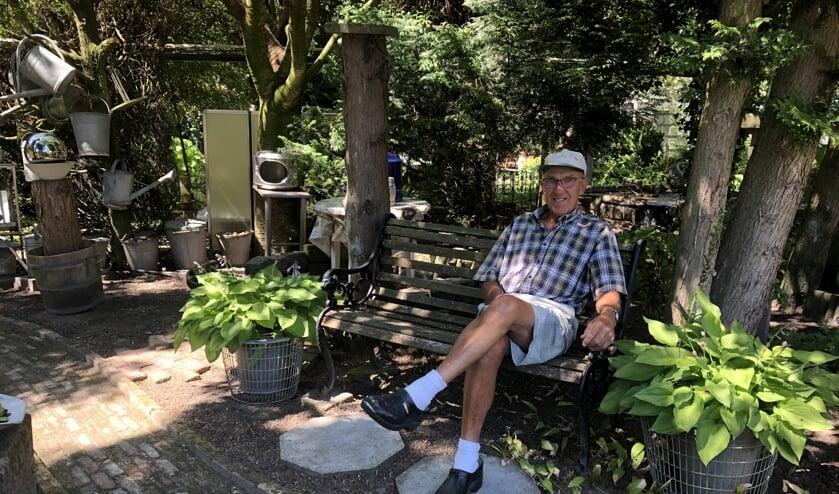 Aart Oudwater op een van de vele leuke plekjes in zijn tuin
