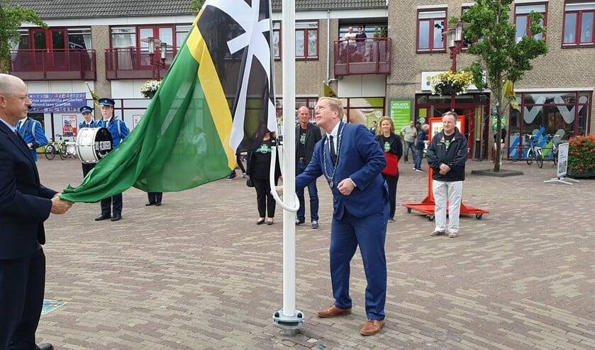 Burgemeester De Jong hees op het Dorpsplein in Rockanje de speciale jubileumvlag