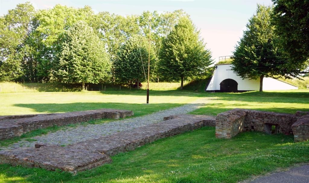 De fundamenten van de Noordpoort met op de achtergrond Bastion IX  © Voorne-putten.nl