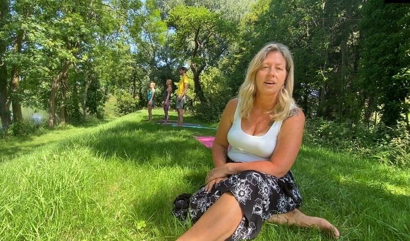 Het online festival start om 11.00 uur met een yoga-oefening