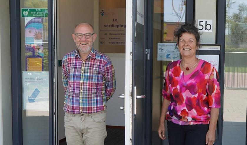 Bert van Ravenhorst en maatschappelijk werker Dorothé van den Tweel bij de ingang van het CJG