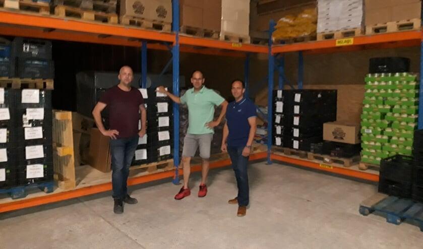 Mister Voedselbank, Jaap Bakelaar (l), toont de nieuwe stellingen aan de leden van Kiwanis: Dick Vroegindeweij en  Patrick van den Boogert.
