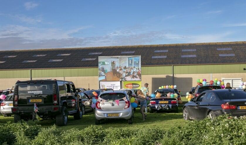 In samenwerking met Farm Frites mocht de school een grasveld gebruiken aan de Molendijk voor een heuse drive in bioscoop