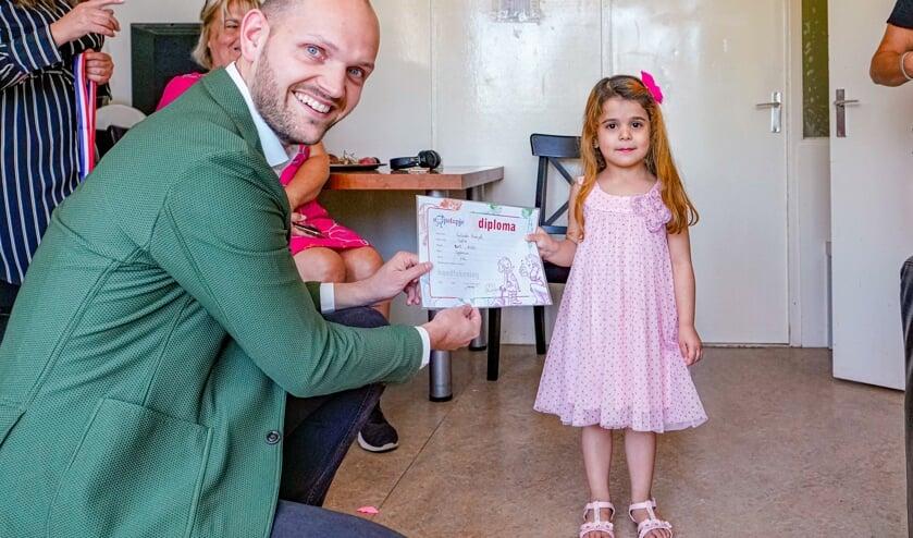 Lulah kreeg haar diploma overhandigd door wethouder Struijk.