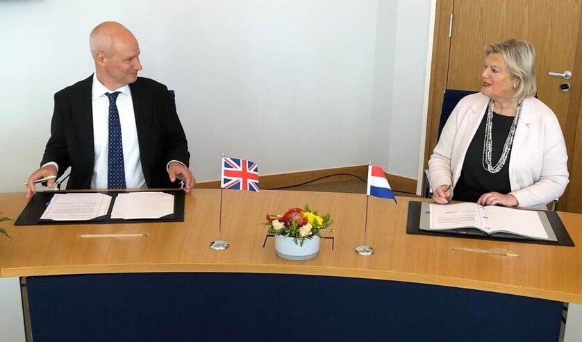 Staatssecretaris Ankie Broekers-Knol tekende vrijdag samen met de Britse ambassadeur Peter Wilson een bilateraal verdrag, dat ervoor zorgt dat de treinverbinding tussen Amsterdam en Londen een uur korter kan worden.