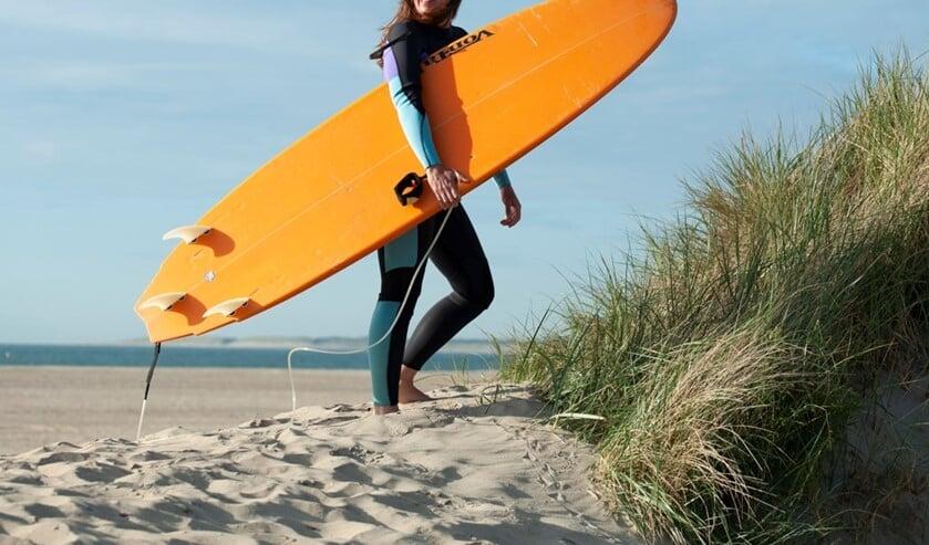 Schrijfster Tica is het liefst op het strand (Foto: Duco de Vries)