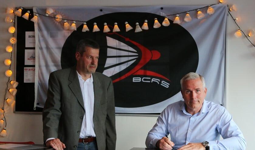 Badminton Nederland gedelegeerde Gert-Jan van der Lee en voorzitter Ron Vollenga tijdens de ondertekening
