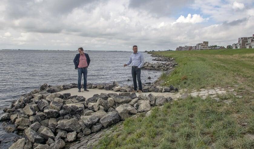 Wethouder Aart-Jan Spoon en Joop Bongers, directeur van Sportvisserij Nederland, op één van de tien vernieuwde vissteigers aan de Struyste Zeedijk (Foto: Wil van Balen)