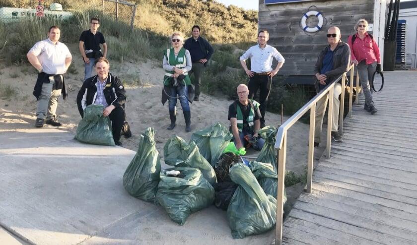 Gewapend met een afvalzak trok de SGP-fractie van Goeree-Overflakkee woensdagavond 22 juli eropuit om zwerfafval op te ruimen.