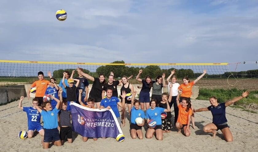 23 juli kwamen de twee beachvolleybalzusjes Emi en Mexime van Driel een clinic geven aan de A-, B-, C-jeugd van VC Intermezzo.