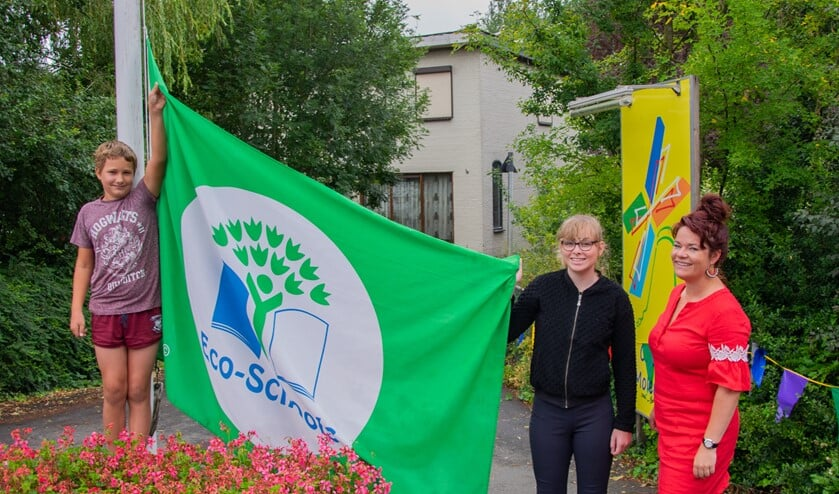 Luca en Isaura mogen de zevende vlag voor obs de Molenvliet in top hijsen. Foto: Sam Fish