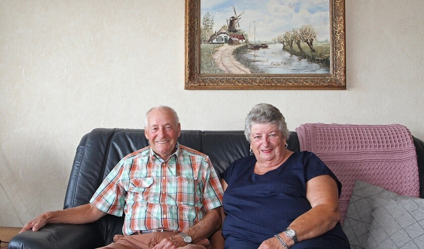 Het echtpaar Visser voor een mooi schilderij.