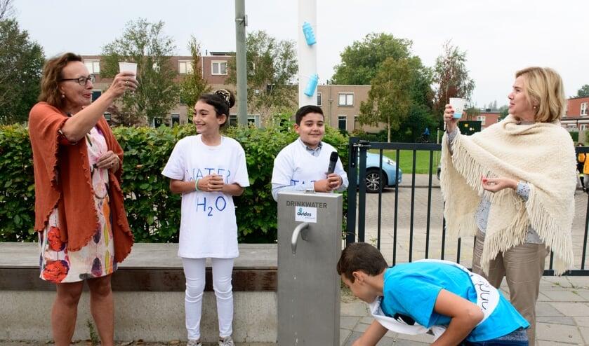 Kinderen Gaan Bewust Om Met Kraanwater