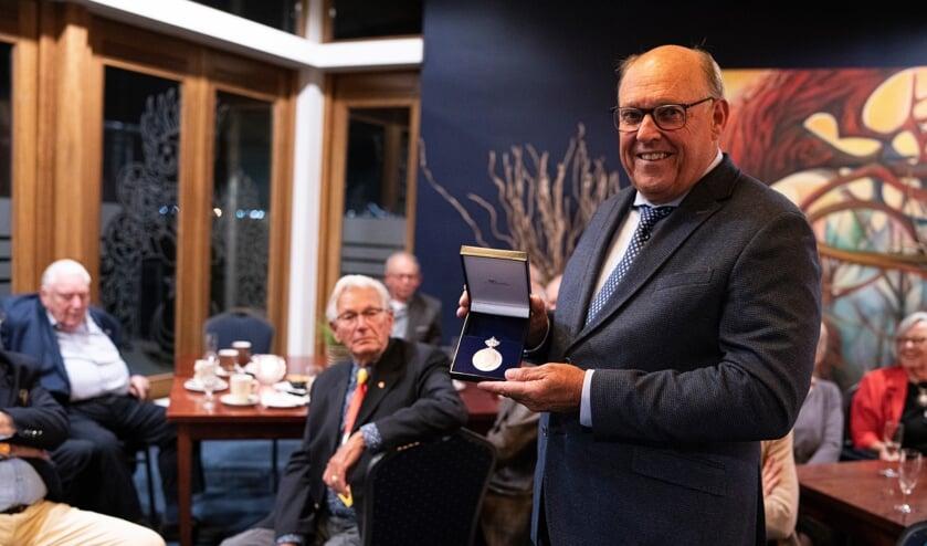 <p>Voorzitter Cor van Dorsser met de Koninklijke Erepenning - foto AR Radings&nbsp;</p>