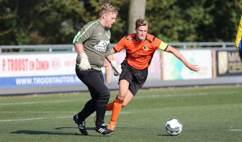 <p>Aanvoerder Jasper Vermeer zette Rockanje tegen Flakkee op 1-0. (Foto: Wil van Balen).</p>