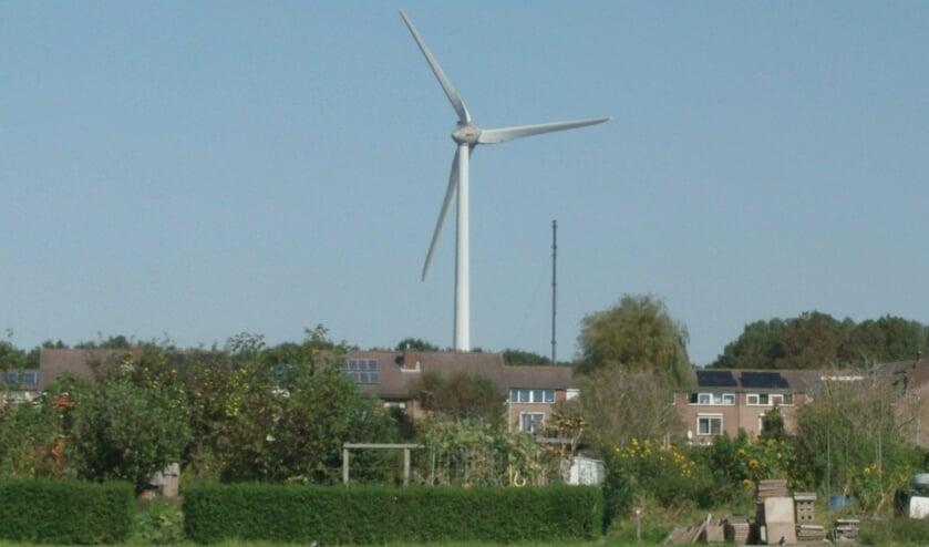 <p>Zicht op de windmolens vanaf de begraafplaats Heenvliet Zuidwest</p>