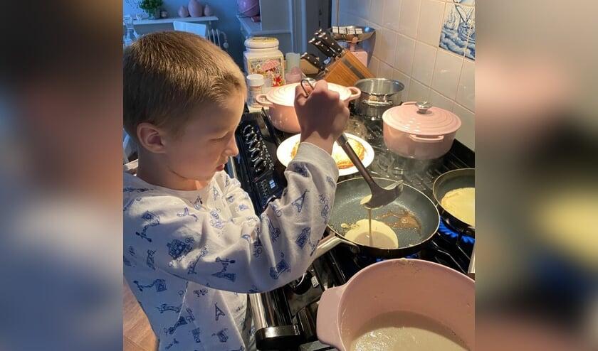 <p>Maas vermaakte zich prima tijdens het pannenkoeken bakken!</p>